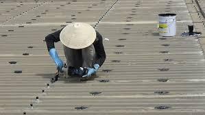 Thợ sửa chữa lợp lại mái tôn tại Dĩ An